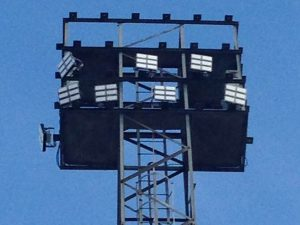 Instalación proyectores led en torres de iluminación